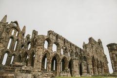 Whitby Abby, Yorkshire - les ruines contre un ciel nuageux Photographie stock libre de droits