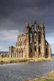 Whitby Abtei beleuchtet durch die Sonne Lizenzfreie Stockfotos