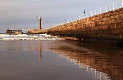 Whitby Bay Harbor Wall et phare Photos libres de droits