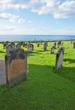 Whitby Cemetery och Nordsjön i North Yorkshire i England Royaltyfri Bild