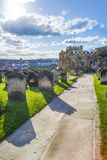 Whitby cmentarz w North Yorkshire w Anglia i Churchyard Obraz Stock