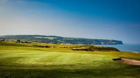 Whitby falezy zbliżają pole golfowe Fotografia Royalty Free