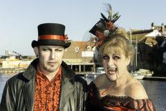 Whitby Goth周末吸血鬼夫妇 免版税图库摄影