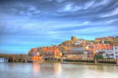 Whitby hamn och Abbey North Yorkshire i färgglade HDR Arkivfoton