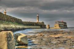 Whitby Harbour Wall Lighthouse royaltyfri foto