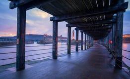 Whitby Harbour West Pier, mirando hacia Whitby Abbey, Yo del norte Imagen de archivo libre de regalías