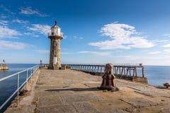 Whitby Lighthouse ed entrata di porto storica - North Yorkshire, Inghilterra fotografie stock libere da diritti