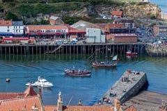 WHITBY NORR YORKSHIRE/UK - AUGUSTI 22: Sikt av Whitby Harbour Arkivfoton
