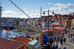 WHITBY NORR YORKSHIRE/UK - AUGUSTI 22: Sikten av hamnen är Royaltyfria Bilder