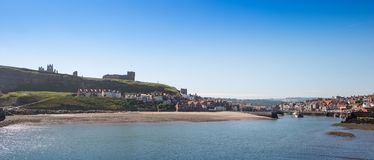 Whitby, North Yorkshire, Reino Unido Vista de la ciudad famosa del puerto de la playa Imagen de archivo