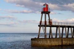 Whitby Pier durante puesta del sol Foto de archivo libre de regalías