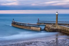 Whitby Pier North Yorkshire, R-U images stock