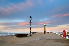 Whitby Pier am Sonnenuntergang Stockfotografie