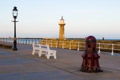 Whitby Pier am Sonnenuntergang lizenzfreie stockfotos
