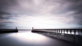 Whitby Piers och Nordsjö, North Yorkshire royaltyfri foto