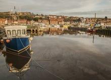 Whitby Yorkshire, England - ett blått fartyg Royaltyfri Bild