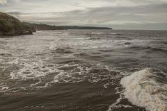 Whitby, Yorkshire, Inglaterra - la orilla y las ondas Foto de archivo libre de regalías