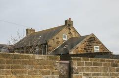 Whitby, Yorkshire, Inglaterra - una casa de piedra/el tejado Foto de archivo