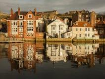 Whitby, Yorkshire, Inglaterra - una tarde soleada y refelections Imagenes de archivo