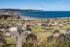 WHITBY, YORKSHIRE/UK DEL NORD - 22 AGOSTO: Whitby Church e tomba immagini stock libere da diritti