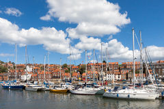 WHITBY, YORKSHIRE/UK DEL NORD - 22 AGOSTO: Yacht attraccati in Whitby immagine stock
