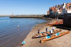 WHITBY, YORKSHIRE/UK DEL NORTE - 22 DE AGOSTO: Barcos de rowing varados encendido Imagen de archivo libre de regalías