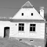 黑&White 典型的房子在村庄Malancrav,特兰西瓦尼亚 库存图片