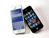 White Apple iPhone 5S & black Apple iPhone 4S Royalty Free Stock Photos