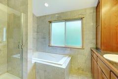 White badar med det stora fönstret och tegelplattor. Arkivfoton