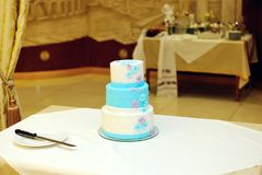 White and blue wedding cake on table Royalty Free Stock Photos