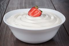 White bowl full of sour cream with strawberry Royalty Free Stock Photos