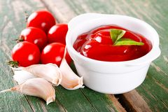 White bowl with ketchup with tomatoes and garlic Royalty Free Stock Photos
