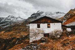 White and Brown House Near Snow Capped Mountains Royalty Free Stock Photos