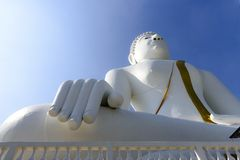 The white Buddha statute. With the blue sky Royalty Free Stock Photos