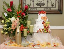 White cake with 3levels and peach colored roses stock images