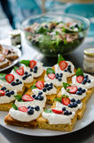 White chocolate cake with berries Stock Photography