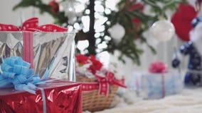 White Christmas à moda interior com a árvore, as caixas de presente e Santa Claus decoradas de abeto pela janela Movimento lento filme