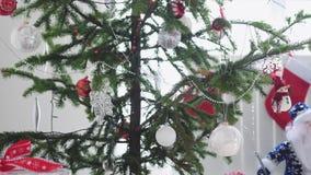 White Christmas à moda interior com a árvore e Santa Claus decoradas de abeto pela janela Movimento lento 3840x2160 video estoque