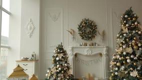 White Christmas à moda interior com abeto, a chaminé, as lanternas, as lâmpadas, velas, a grinalda, colisões e os presentes decor filme