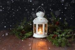 White Christmas lâmpada e ramos do abeto em uma superfície de madeira Imagem de Stock