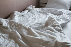 White and clean blanket crumpled on bed Royalty Free Stock Photos