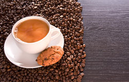 White coffee and coffee beans on the table Royalty Free Stock Photography