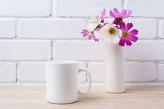 White coffee mug mockup with white and pink daisy Royalty Free Stock Photography