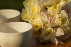 White cups and bridal bouquet Royalty Free Stock Photos
