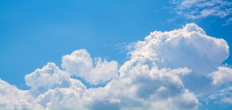 White curly clouds in a blue sky. Sky background, Royalty Free Stock Photos