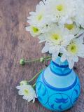White daisy flower in colorful vase Stock Photography