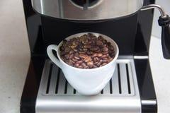 white för bönakaffekopp Förberedelse av kaffe behandling för förberedelse för foto för maskin för kaffeespressoexponering lång arkivfoton