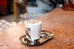 white för bana för kopp för bakgrundscappuccinokaffe isolerad Arkivbilder