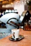 white för bana för kopp för bakgrundscappuccinokaffe isolerad Royaltyfria Foton