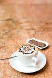 white för bana för kopp för bakgrundscappuccinokaffe isolerad Arkivbild